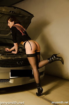 Jeny Smith repairs car naked - image