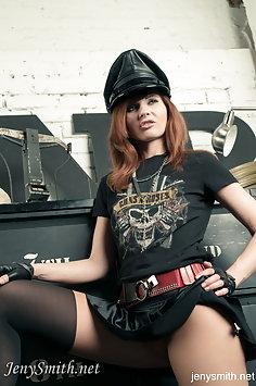 Rock star Jeny Smith strips nude - image